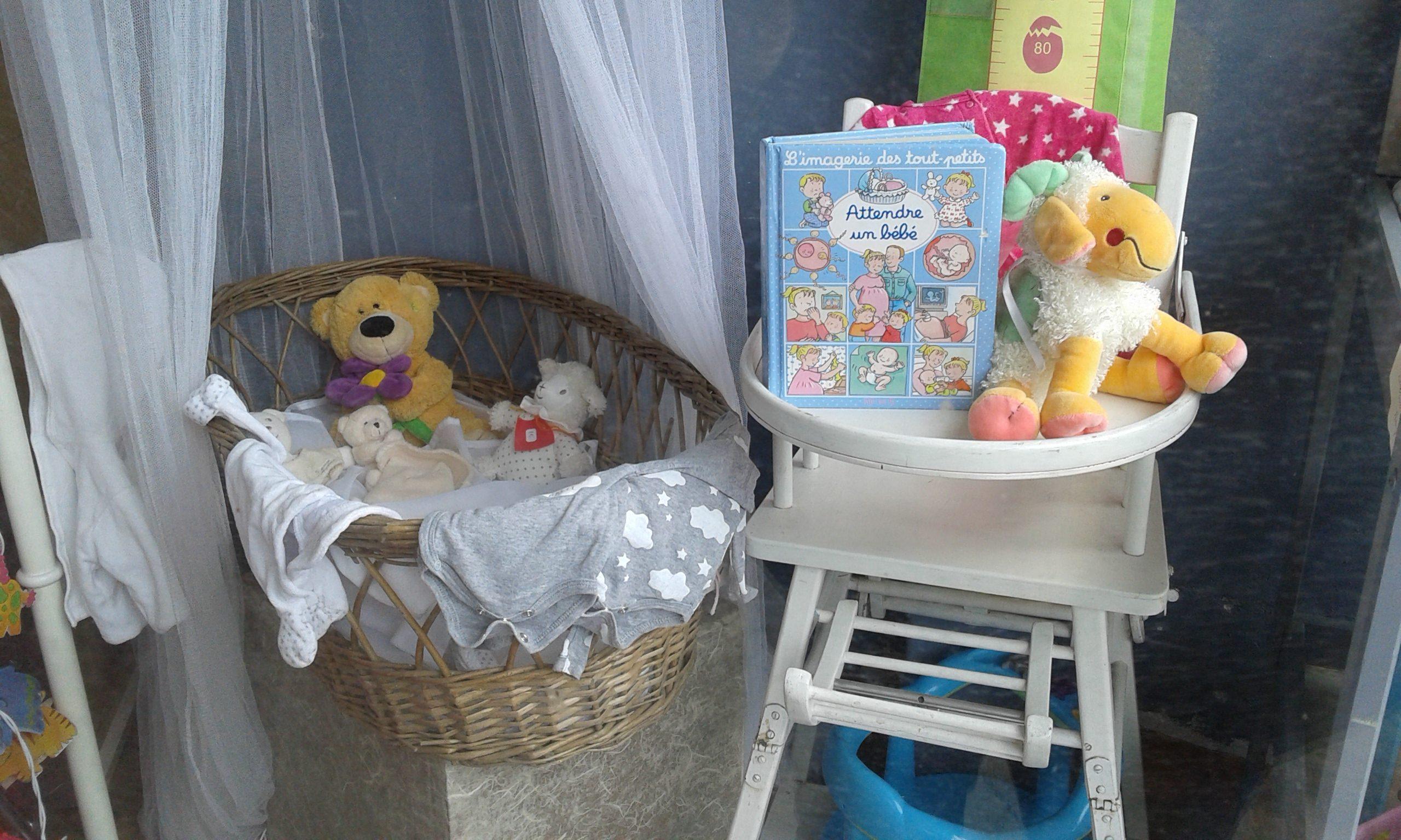 Enfant peluche vitrine recyclerie au bonheur des bennes 44 Saint-Nazaire